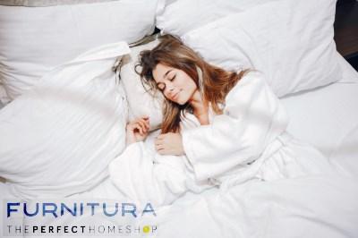 vrouw slapen groot bed